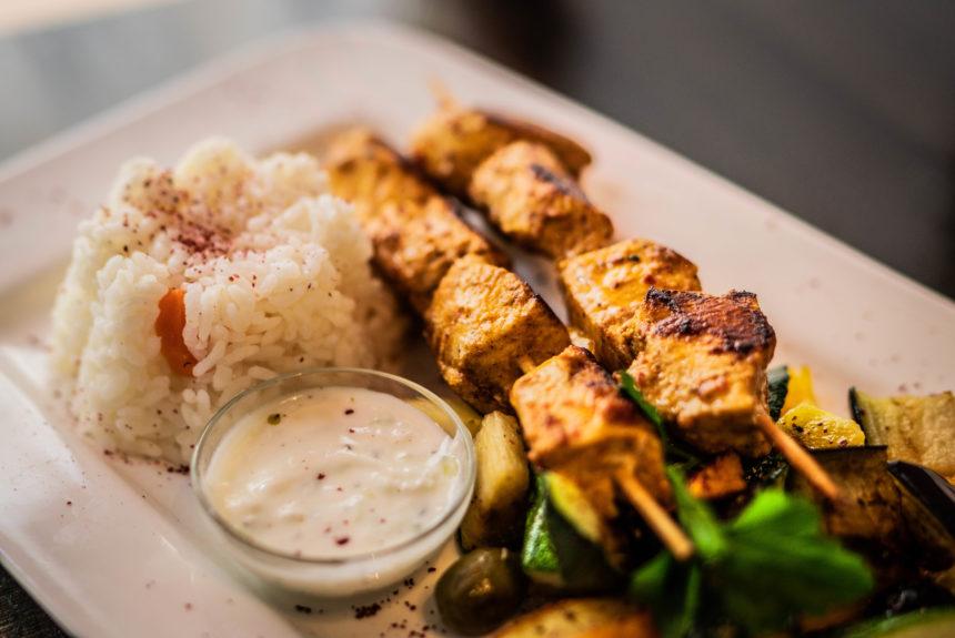 Hühnerspieße Maishühnerbrust, gegrilltes Gemüse, Salat, Sauce-Tartare, Reis oder Pommes
